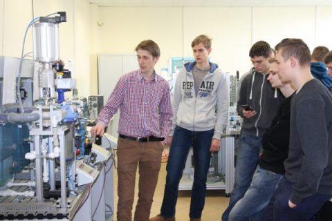 uczniowe oglądają stanowisko laboratoryjne