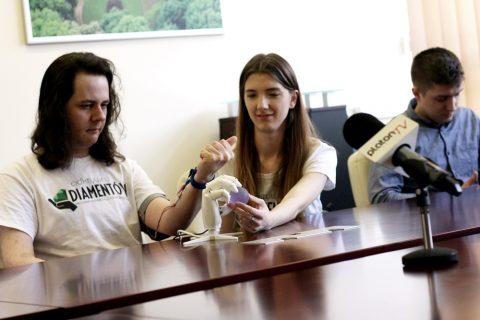 studenci prazentują projekt bionicznej protezy ręki