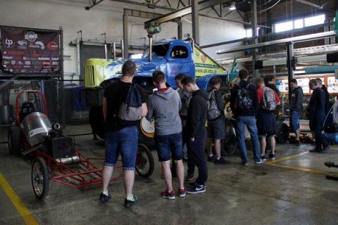 uczniowie zwiedzają laboratorium pojazdów na Wydziale Mechanicznym PB