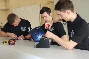 Członkowie zespołu SumoMasters podczas prac nad robotami