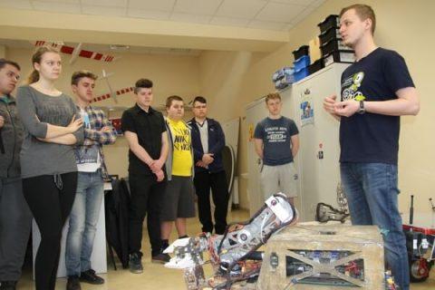 uczniowie w laboratorium robotyki
