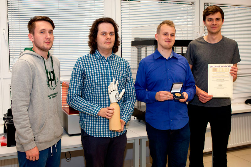 Studenci z proteza MindHand oraz nagrodami