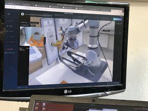 monitor przedstawiający maszynę w szarym kolorze