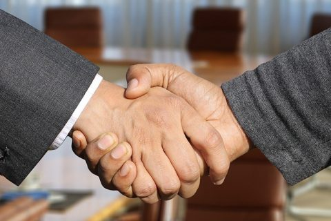 Dwie uściśnięte męskie dłonie